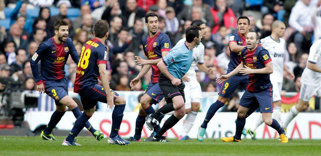 jugadores fcb rodean arbitro
